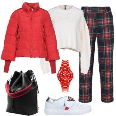 Outfit Piumino rosso e pantalone tartan