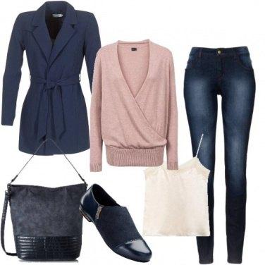Outfit Slip on blu con lo scollo a V