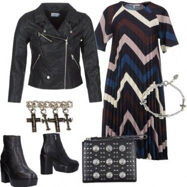 Outfit Abito geometrico e chiodo
