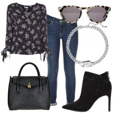 Outfit Stivaletti neri e blusa floreale