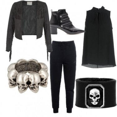 Outfit Total black con particolari rock