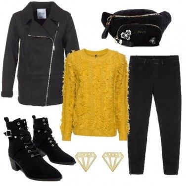 Outfit Maglia gialla e marsupio glam