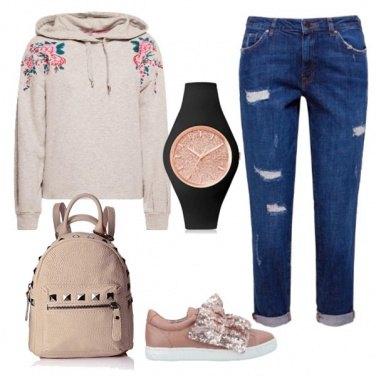 Outfit Felpa con dettagli floreali