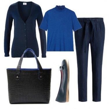 Outfit Blu con borsa nera