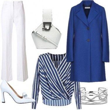 Outfit Pantalone bianco e blusa a righe