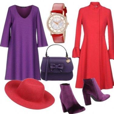 Outfit Abito viola e cappotto rosso
