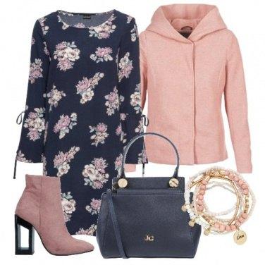 Outfit Blu e fiori rosa
