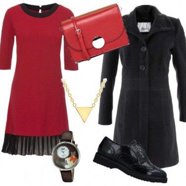 Outfit Vestito bordeaux e scarpe senza tacco