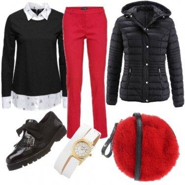 Outfit Stringata nera e borsa rossa