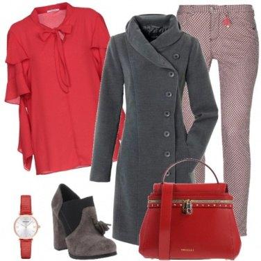 Outfit In grigio e rosso