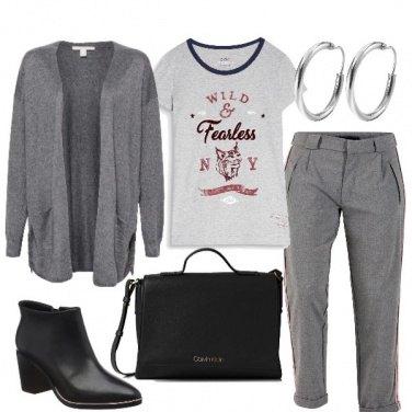 Outfit In grigio con T shirt e tronchetti