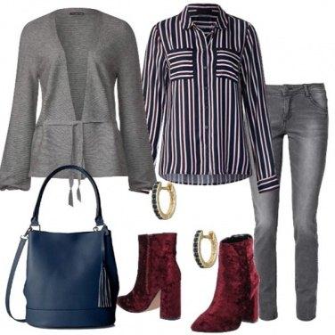 Outfit Jeans grigio e stivaletti in velvet