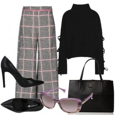 Outfit Pull nero, pantaloni a quadri