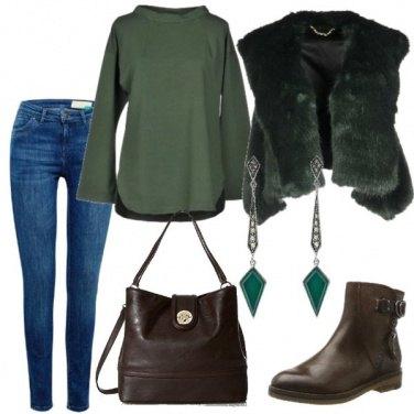 Outfit gilet verde di pelliccia