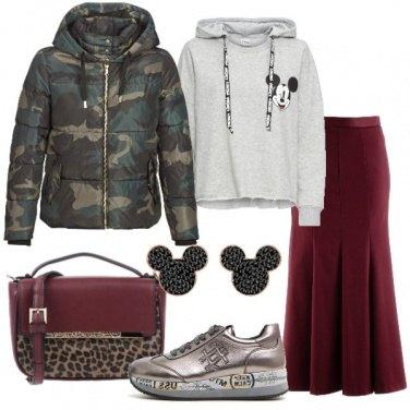 Outfit Piumino camouflage e sneaker peltro