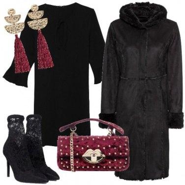 Outfit Total black con accenti di colore