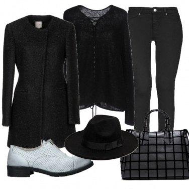 Outfit Total black e mocassino bianco