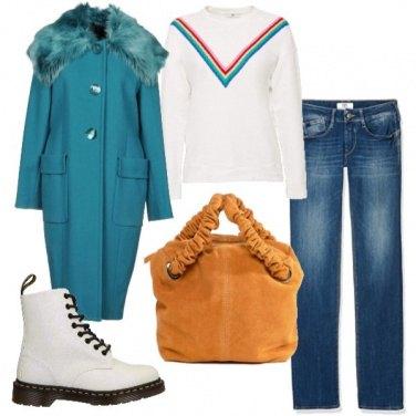 Outfit Anfibio bianco e cappotto turchese