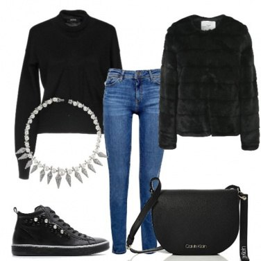 Outfit Sneaker e collana statement