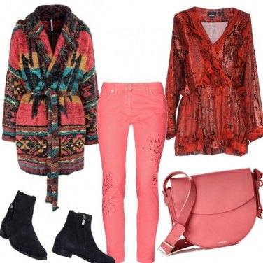 """Outfit """"Living coral """"borsa e jeans"""