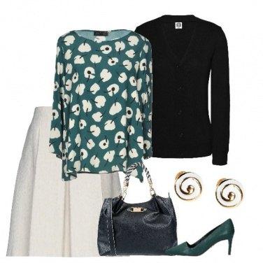 Outfit Blusa color verde con fiori stilizzati