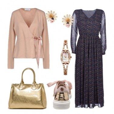 Outfit Romantica in abito lungo e sneaker