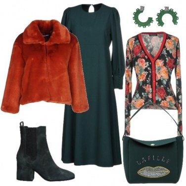Outfit Verde scuro abbinato a colori caldi