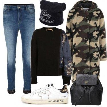Outfit Cappotto camouflage e sneakers topolino