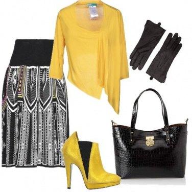 Outfit Cardigan e tronchetti gialli