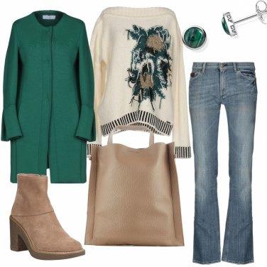 Outfit Color sabbia abbinato al verde scuro