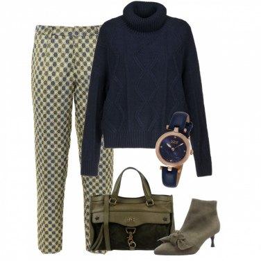 Outfit Pantalone fantasia e maglia a collo alto