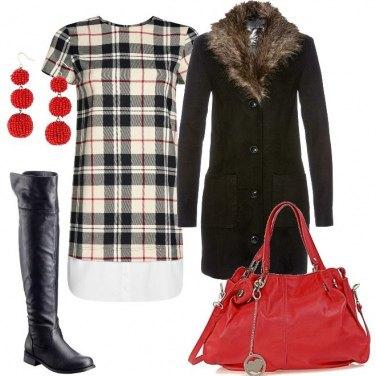 Outfit Cappotto in maglia e abito tartan