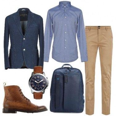 Outfit Blazer scuro e pantaloni chiari