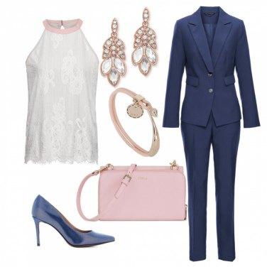 Outfit Tailleur blu con un tocco di rosa