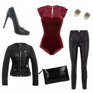 Outfit Body rosso e pantaloni in pelle