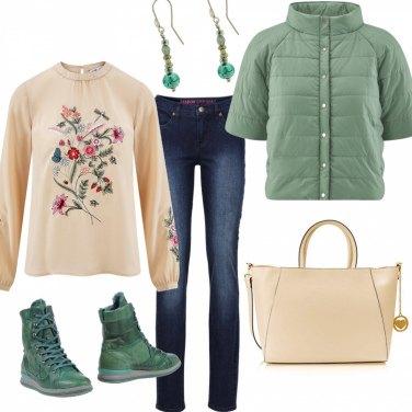 Outfit Verde salvia e blusa ricamata