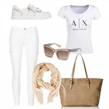 Outfit In bianco con la maxi bag