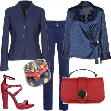 Outfit In uficcio in blu e rosso