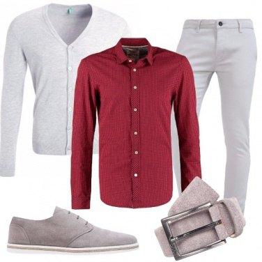 Outfit Tutto grigio con un tocco di rosso