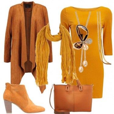 Outfit In giallo al lavoro
