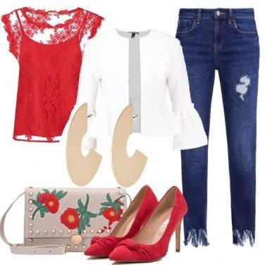 Outfit Tricolore con un accenno floreale