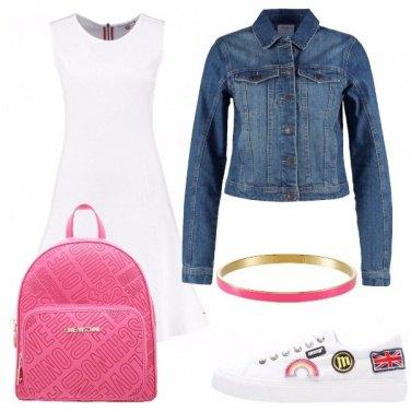 Outfit In bianco con sneakers e vestito