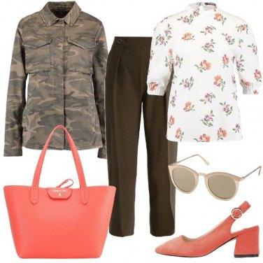 Outfit Corallo e khaki
