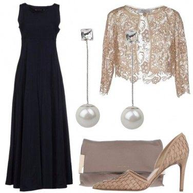 Outfit Blu scuro e rosa carne