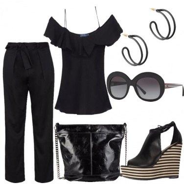 Outfit In nero con le spalle scoperte