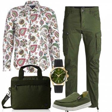 d37644cc9524ea Outfit uomo - Militar chic!. Stile Trendy per Ufficio. Abbinamento con  espadrillas verde