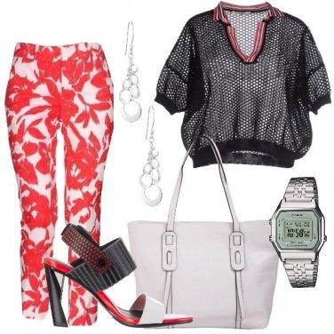 Outfit Pantalone a fiori e maglia a rete