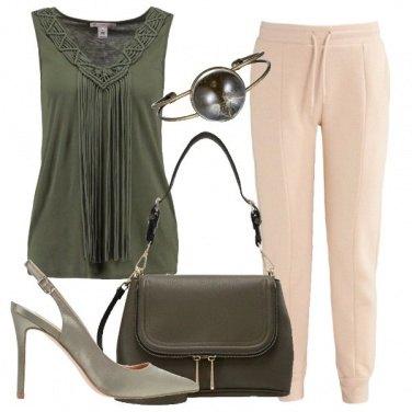Outfit Pantaloni sportivi con il tacco