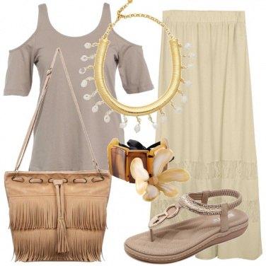 Outfit Una donna con i colori della sabbia