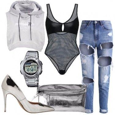 Outfit Jeans strappato e tacco laminato